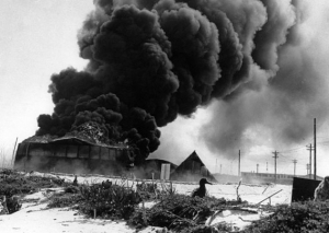 日本軍の空襲で炎上するミッドウェー基地。